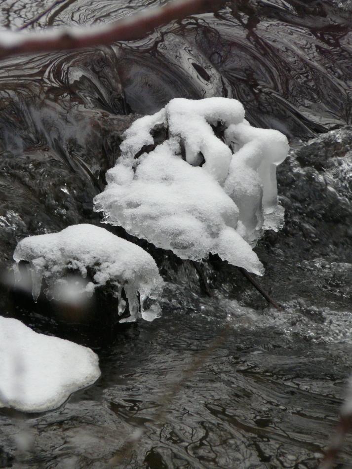 Schneehauben im Fließgewässer