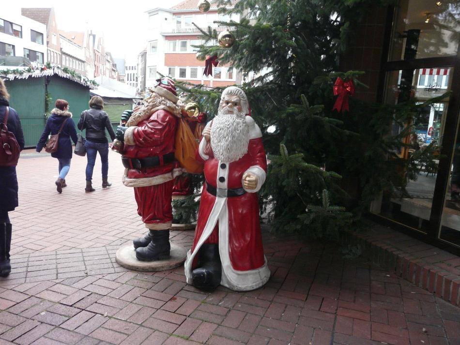 Weihnachtsmänner vor dem Tannenbaum