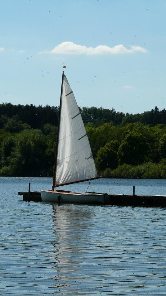Segelboot mit Wasserspiegelung