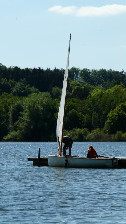 Segelboot wird zu einer Fahrt gerichtet