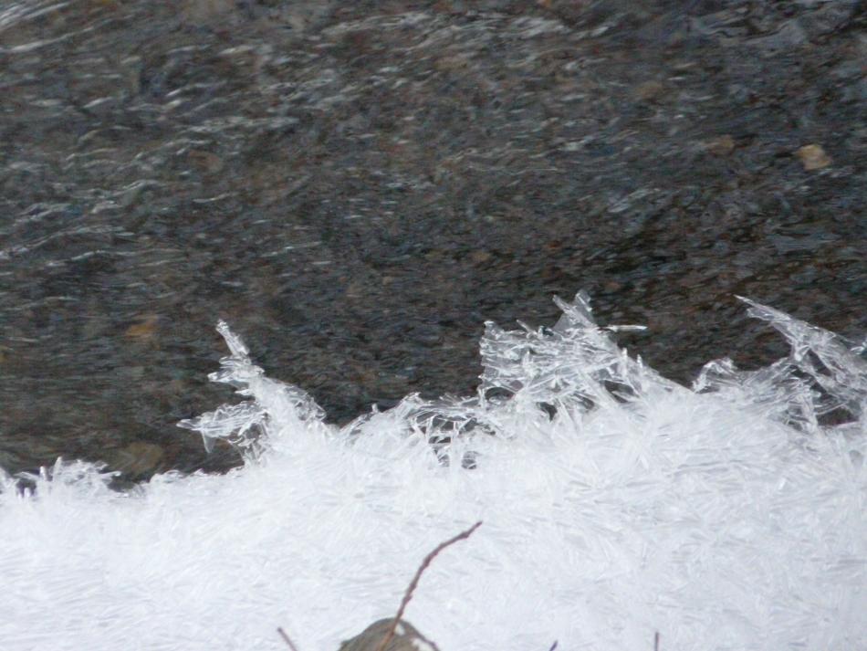 Eisstrukturen über dem Wasser