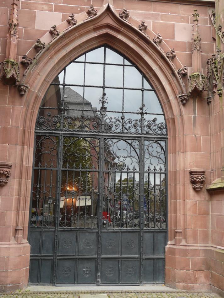 Frankfurter Dom, Eingangsbereich mit Spiegelung