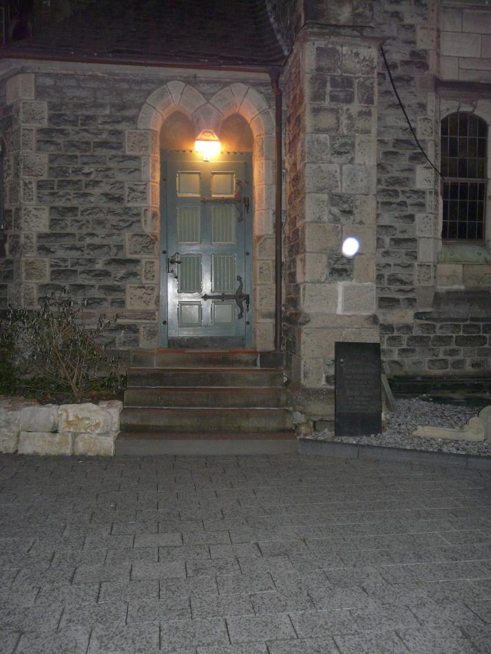 Kirchentür im Dunkeln