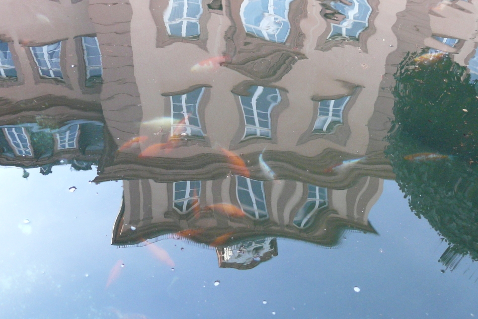 Schloss als Wasserspiegelung